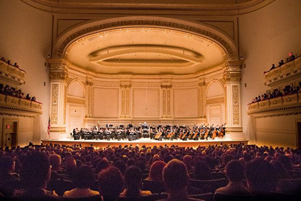 2018年10月7日下午,享譽全球的神韻交響樂團連續第7年蒞臨紐約卡耐基音樂廳(Carnegie Hall)為觀眾奉上東西方音樂珠聯璧合的演出。(戴兵/大紀元)