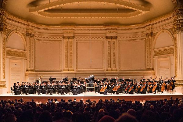 2018年10月7日下午,享譽全球的神韻交響樂團 連續第7年蒞臨紐約卡耐基音樂廳(Carnegie Hall)為觀眾奉上東西方音樂珠聯璧合的演出。(戴兵/大紀元)