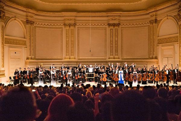 2018年10月7日下午,享譽全球的神韻交響樂團 連續第7年蒞臨紐約卡耐基音樂廳(Carnegie Hall),為觀眾奉上東西方音樂珠聯璧合的演出。全體演員謝幕。(戴兵/大紀元)
