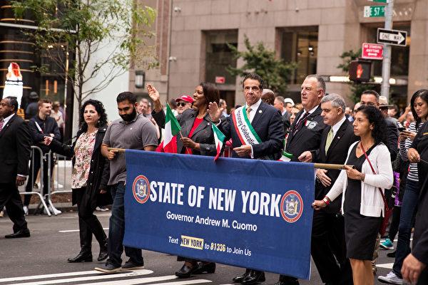 纽约哥伦布日大游行(Columbus Day Parade)是世界上最大的意大利美国文化的庆典之一,纪念哥伦布在1492年首次登上北美;同时展现意大利裔美国人和社区的传统文化。纽约州长库默在游行中。(戴兵/大纪元)