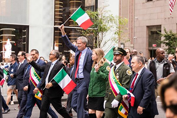 纽约哥伦布日大游行(Columbus Day Parade)是世界上最大的意大利美国文化的庆典之一,纪念哥伦布在1492年首次登上北美;同时展现意大利裔美国人和社区的传统文化。纽约市长白思豪在游行中。(戴兵/大纪元)