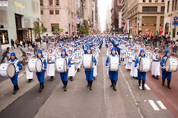 """纽约哥伦布日大游行(Columbus Day Parade)是世界上最大的意大利美国文化的庆典之一,纪念哥伦布在1492年首次登上北美;同时展现意大利裔美国人和社区的传统文化。由法轮功学员组成的""""天国乐团""""在游行队伍中备受瞩目。(戴兵/大纪元)"""