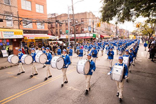 2018年10月21日,紐約部分法輪功學員近千人在布碌崙八大道舉行盛大的遊行,市民紛紛駐足觀看。(戴兵/大紀元)