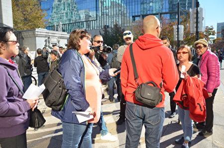 2018年10月17日,溫哥華反對大麻集會現場多次出現民眾爭執與辯論。(余天白/大紀元)