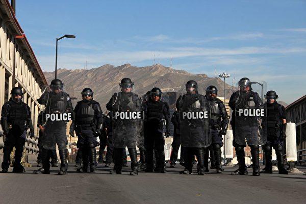 美大批民众带枪抵边境 助军队堵截非法移民