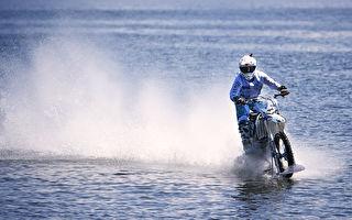 骑着摩托车水上漂 高手们真做到了