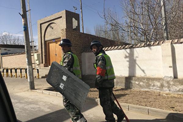 """新疆利用""""十户联防""""镇压和分化维吾尔人"""