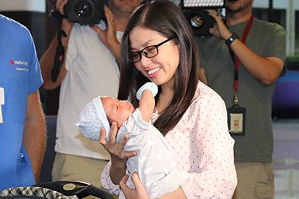 新妈妈失血垂危 护士将宝宝放她胸前 显奇迹