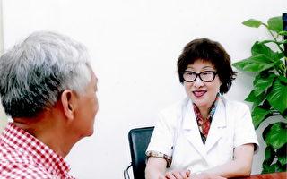 黎定容,温哥华金杏堂中医针灸按摩诊所著名中医师,图为黎定容给病患把脉。(黎定容提供)
