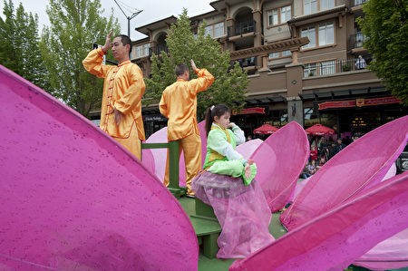 2018年6月2日,王志远在大温哥华地区本拿比市脱帽节游行的花车上展示法轮功的功法。(大宇/大纪元)