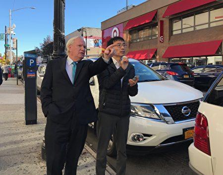 臧东慧(右)陪州参议员艾维乐(Tony Avella,左)考察药用大麻店对森林小丘的影响。