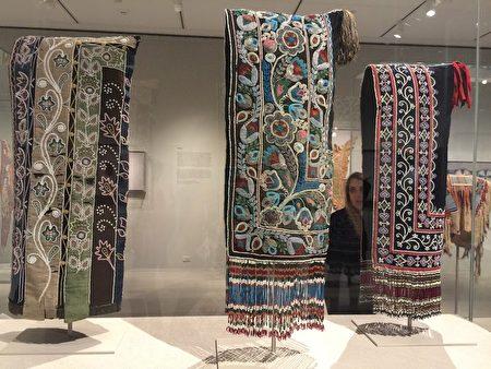 展览上展出的原住民女人头巾。