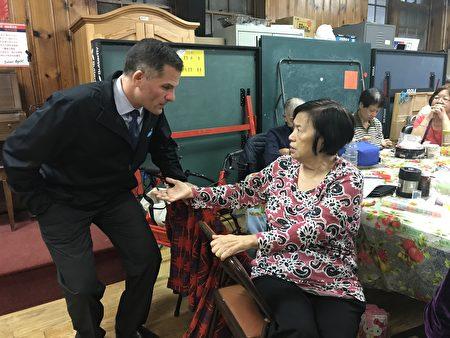 共和党州长候选人Marcus Molinaro昨天到布碌崙松柏老人中心拜票。