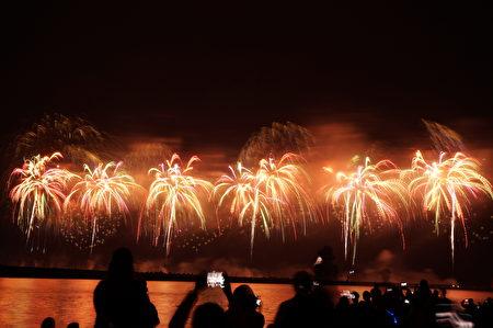 国庆璀璨火花照亮太平洋,为台湾子民祈福。