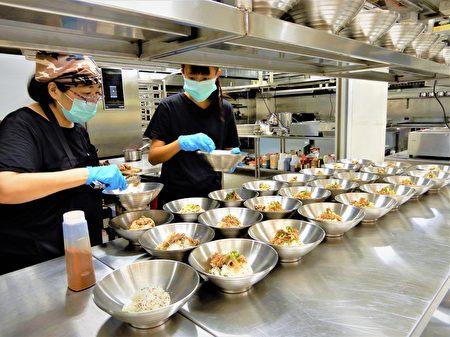 """东海大学斥资千万,改造校园餐厅饮食,找来知名餐饮团队,从采用""""四章一Q""""安心认证食材开始,规划""""餐餐五蔬果""""菜单。"""