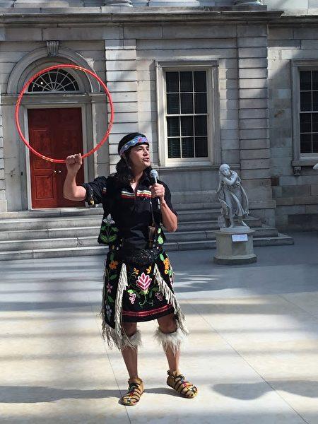 在开展仪式上表演原住民舞蹈的艺术家。