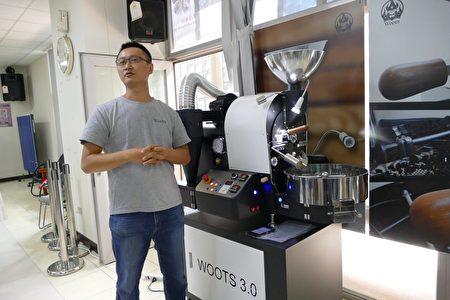 刚刚出炉的台湾区咖啡豆烘焙冠军黄介吴亲自示范操作本次比赛指定WOOTS烘豆机,并介绍咖啡烘焙步骤及过程中展现的各种风味特色。