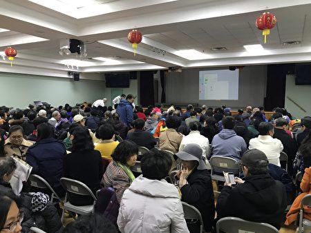 《求救信》放映前,观众在等候开映。台湾会馆座无虚席。