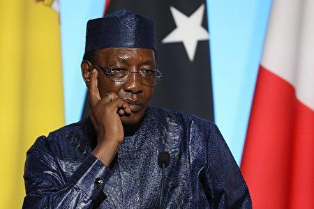 """何志平与""""中国华信""""的代表团涉嫌在2014年年底向乍得总统德比(Idriss Deby) 现金贿赂200万美元,被乍得总统痛骂。"""