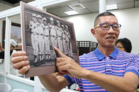 50年前七虎少棒隊隊長擔任投手的盧瑞圖,今天蒞臨記者會,指出當年的自己小盧瑞圖(中),是新台灣餅舖的5公子,他說爸爸是做麵包的,所以吃麵包長大的他長得特別高。
