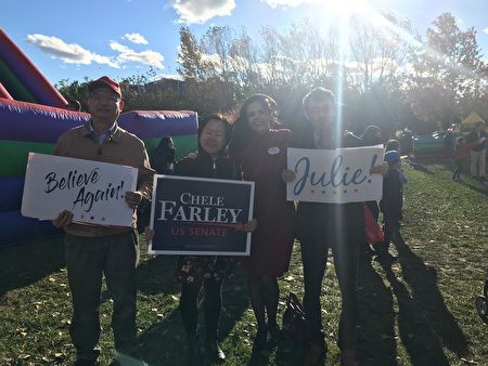 挑战陆天娜的共和党联邦参议员候选人萧珐莉(Chele Farley,右二)来到法拉盛华人社区拉票,表示她要为纽约州争取更多的联邦资源。