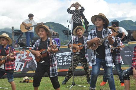 民國前3年創辦富里鄉東里國小的小朋友,在音樂會中用烏克麗莉彈唱表演。