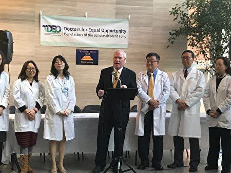 州参议员艾维乐(发言者)表示,人生病都要去找医生,按医生说的去做;那些立法者应意识到改变SHSAT让纽约市教育陷病态,应听取这些医生的意见。