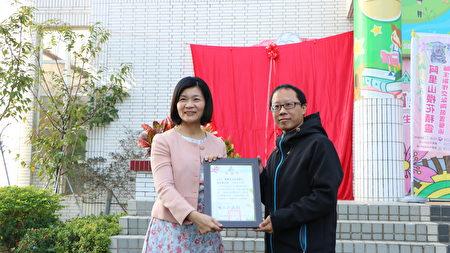 林森國小校長吳淑任(左)致送感謝狀給校友吳世傑老師。
