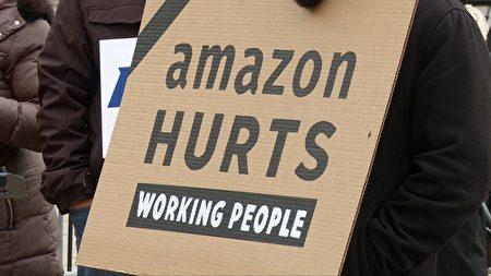 集會現場的標語牌「亞馬遜傷害員工」。