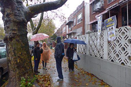 华人义工11月6日普选当天,无惧风雨,为高顿参议员竞选连任的助选工作,做最后冲刺。