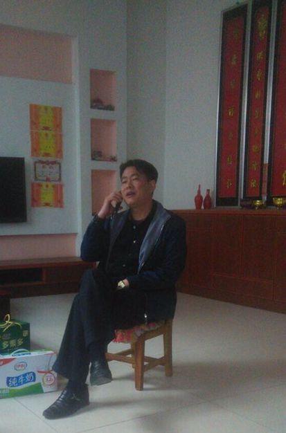 河南信陽國保在江天勇律師父母家監控其父母(受訪者提供)
