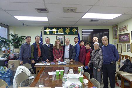 第10选区国会众议员共和党候选人乐文(左四)昨日到中华总商会拜票,受到欢迎。