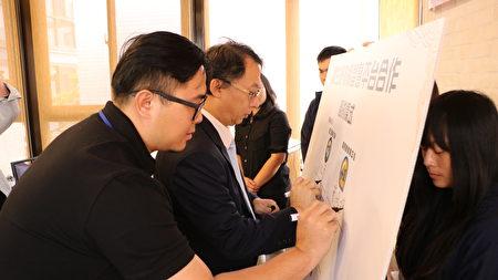 嘉大副校长朱纪实(左)与嘉易创创育中心执行长黄振纬同步进行签约。