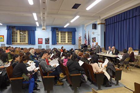 布碌崙187初中的家长教师会会员13日晚举手投票,一致决定聘请太平洋法律基金会。图右前排为律师解答家长教师问题。
