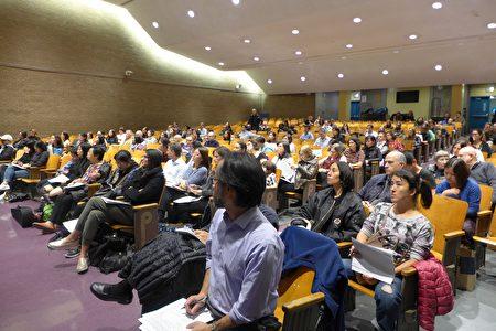 上百名学生家长8日晚参加曼哈顿第二学区的纽约市实验中学举办的论坛。