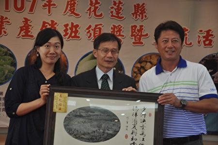 稻米達人曾國旗(右),榮獲台灣今年有機米組,從全台824位選手中獲選為季軍,接受花蓮縣副縣長張垂龍(中)頒獎表揚。