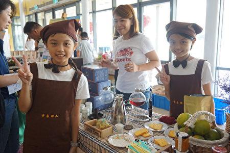 华南实验国小制作凤梨夹心饼干。