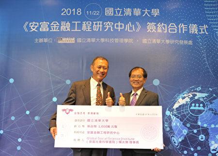 副校长陈信文(右)代表受赠杨太乐(右)一千万支票