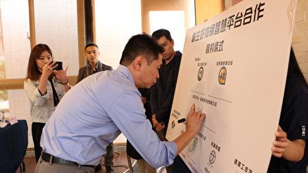 尚品科技有限公司总经理沈达铭进行签约。