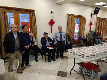 美东联成公所8日向符合资格的会员颁发敬老金及半只酱油鸡,桌子上整齐摆放了147餐盒油鸡。