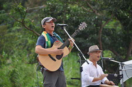 歌詠海洋,盛讚大地,暢飲太平洋的風的陳建年(左)是來自花東海岸的部落傳奇、警察歌手。