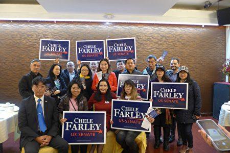 楊漢青(後排左一)與華人助選團3日在共和黨競選紐約聯邦參議員的候選人蕭法莉(Chele Farley)的布碌崙造勢會上。