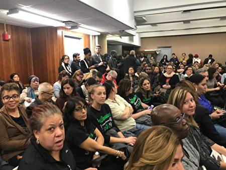 出席会议的绝大部分是非裔、西语裔人士。