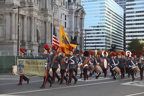 参加费城退伍军人节大游行的军人。(何平/大纪元)