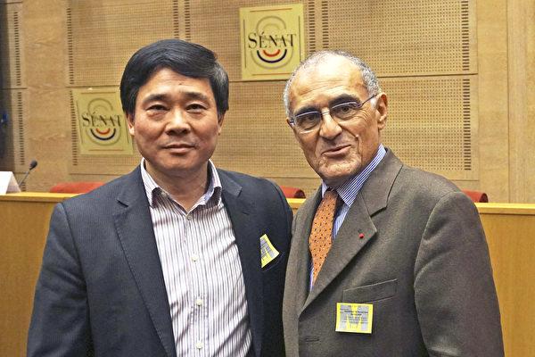 法国法轮大法协会主席唐汉龙先生(左)与天主教反酷刑与死刑组织(ACAT)荣誉主席 Guy Aurenche先生合影(章乐/大纪元)