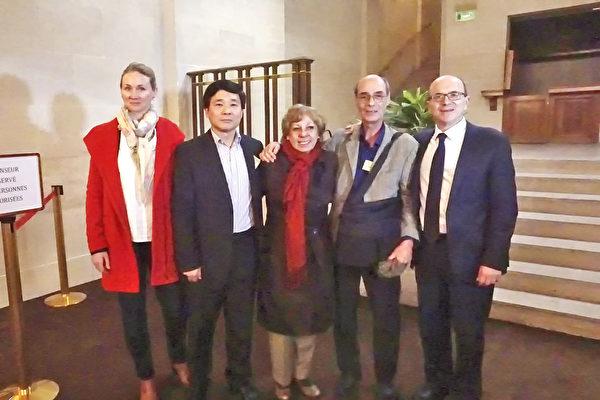 """研讨会后,法国法轮大法协会主席唐汉龙先生(左二)与""""为人权行动""""协会主席Marie-Françoise Lamperti女士(中)和参议员André Gattolin先生(右一)合影。(章乐/大纪元)"""