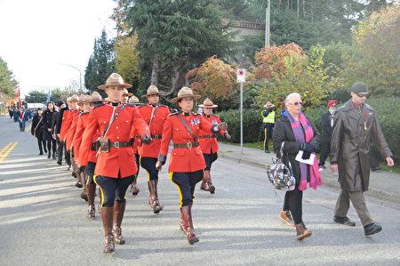 11月11日,本拿比市举行游行,纪念荣军日。图为皇家骑警。