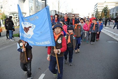 11月11日,本拿比市举行游行,纪念荣军日。图为参加游行的各类社团。