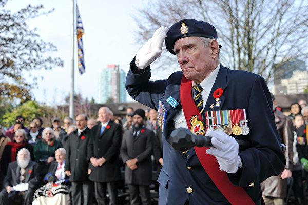 11月11日,本拿比市在南部青年活动中心举行军人纪念日活动,缅怀为国捐躯的加拿大将士。图为退伍老兵。
