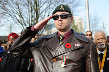 11月11日,本拿比市在南部青年活动中心举行军人纪念日活动,缅怀为国捐躯的加拿大将士。图为现役军人。